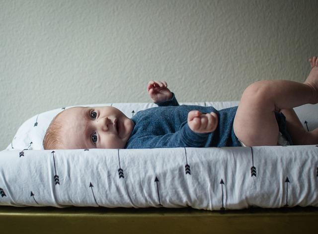 Baby am Wickeltisch